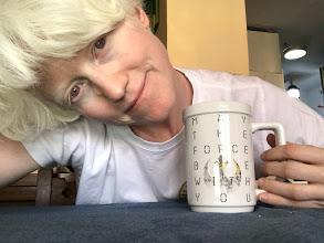Marta Arce sonriendo y sujetando una taza.