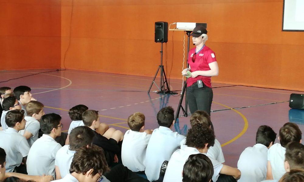 Marta Arce dando una conferencia en un colegio con niños.