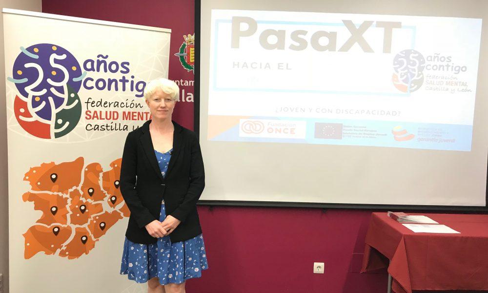 Marta Arce delante de una pantalla dando una conferencia.