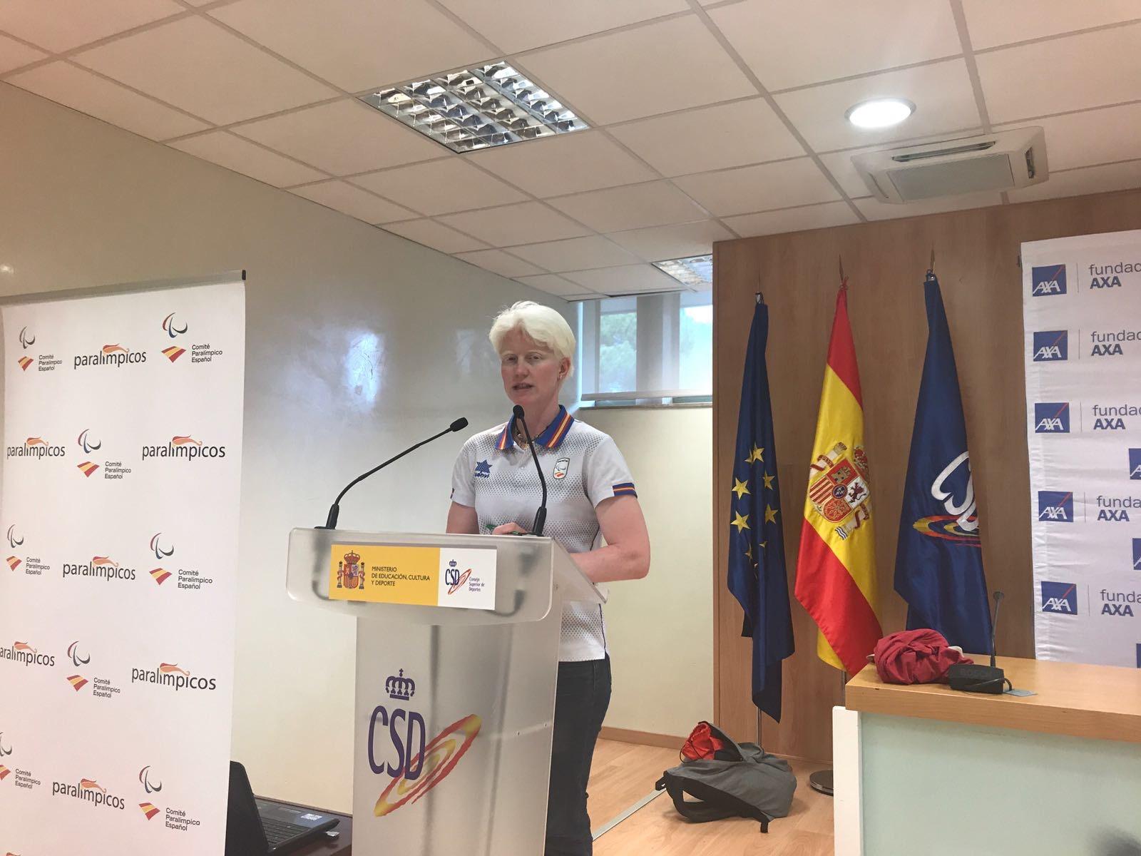 Marta Arce presentando un acto.