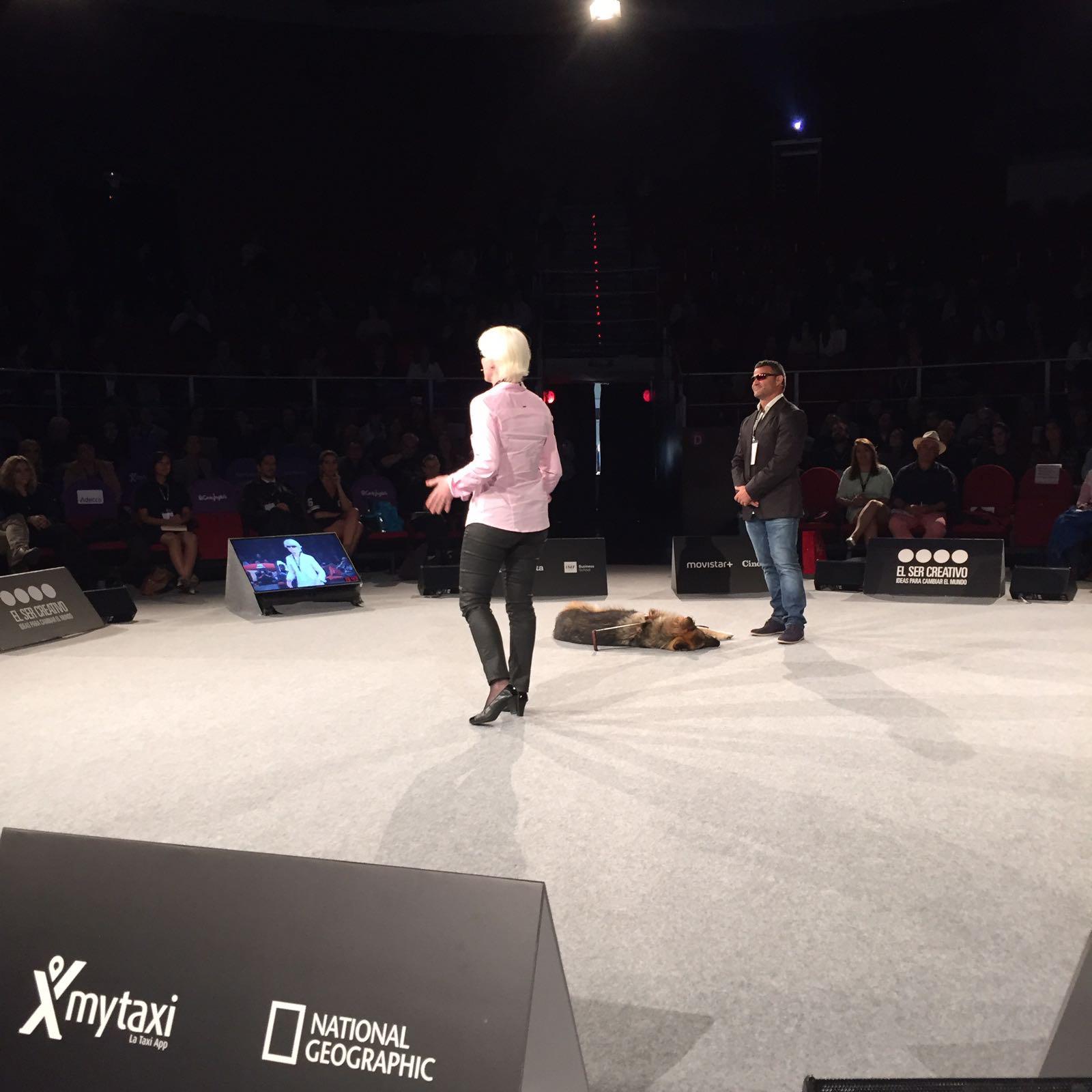 Marta Arce dando una charla sobre 'El ser creativo, ideas para cambiar el mundo'.